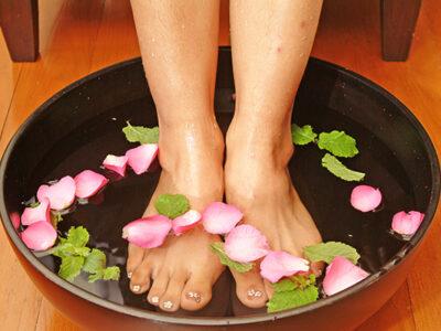 Bain de pieds à l'eau parfumée